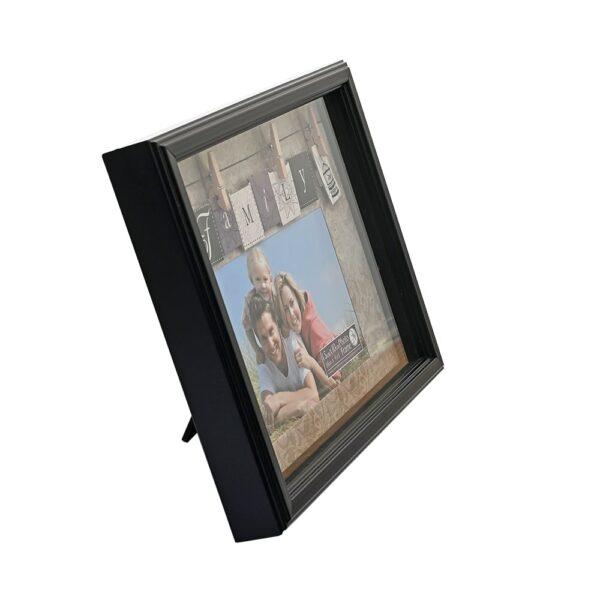 """Fa képkeret 15x10 cm-es, fekvő fotó keretezésére, széles paszpartúval. """"Family"""" belső felirattal."""