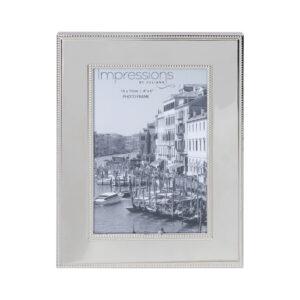 Klasszikus, gyöngyös élű nikkelezett acél fényképkeret, 10 x 15 cm-es képnek.