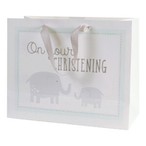 """Ez a bájos dísztasak tökéletes keresztelőre szánt ajándékok csomagolásához. A táskán egy szürke elefánt található, """"On Your Christening"""" (-Keresztelődre) felirattal. A dísztasakon ezüst szalag fülek és egy elefántos címke található egy különleges üzenet számára."""