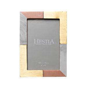 10 x 15 cm-es Hestia rózsaszín, szürke és arany gyanta képkeret. Gyönyörű, egyedi képkeret, három különböző felület kombinációjával. A HESTIA® Global Artisan kollekcióból - vigyen egy kis egzotikumot otthonába.