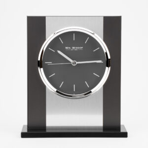 Stílusos szatén ezüst alumínium és fekete üveg kandalló óra. A WILLIAM WIDDOP®-tól - több mint 130 éve páratlan innováció és verhetetlen minőség a brit időmérésben.